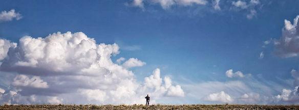 Los alrededores de esta villa de Uclés y su Monasterio son claramente manchegos, los llanos se rematan con suaves cerros que intercalan cereales y girasoles con encanto. A Photoperiplo le gusta hacer fotos y viajar para fotografiar estos lugares.