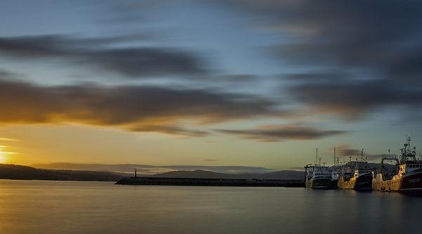 Impresionantes son los amaneceres desde Muros en A Coruña. Puerto de Muros