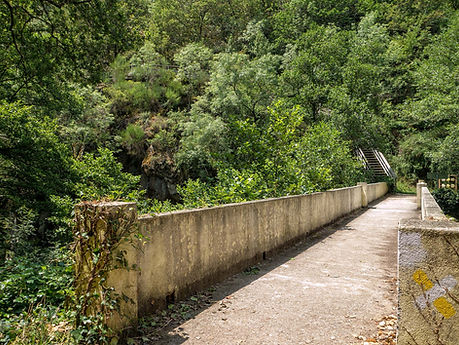 Puente sobre el río Mao, a esta altura se inicia el ascenso por la pasarela de madera que nos llevará hasta el Albergue de la Fábrica de la Luz.