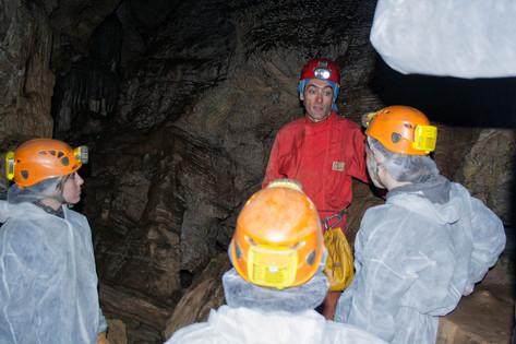 Abel, experto conocedor de la Cueva del Rey Cintolo, explicándonos las entrañas de Mondoñedo...
