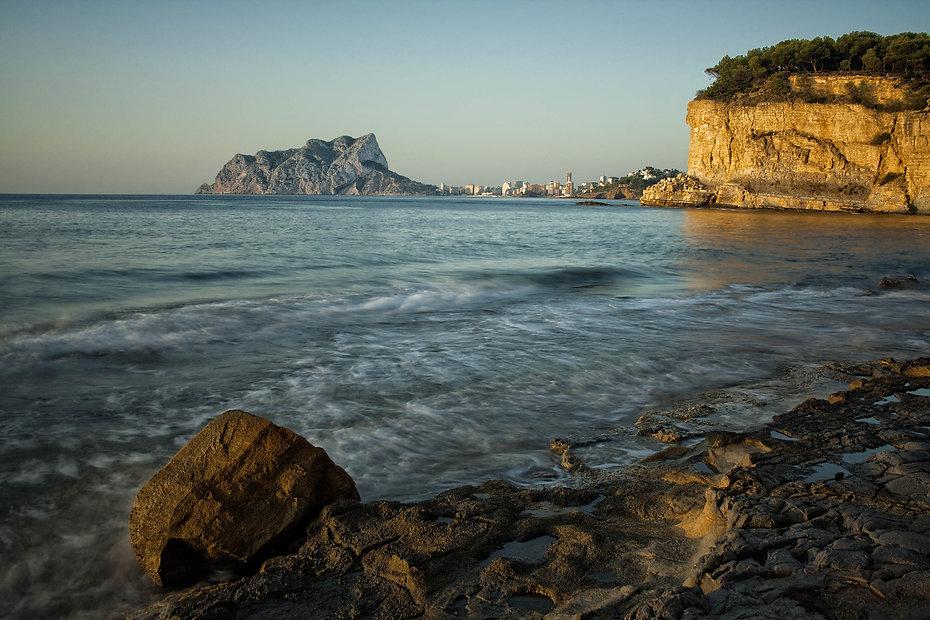 Desde la Cala Advocar en Benissa, Marina Alta (Alicante) España las vistas del Peñón de Ifach impresionan. Photoperiplo estuvo allí fotografiando el amanecer. Viajar para fotografiar.