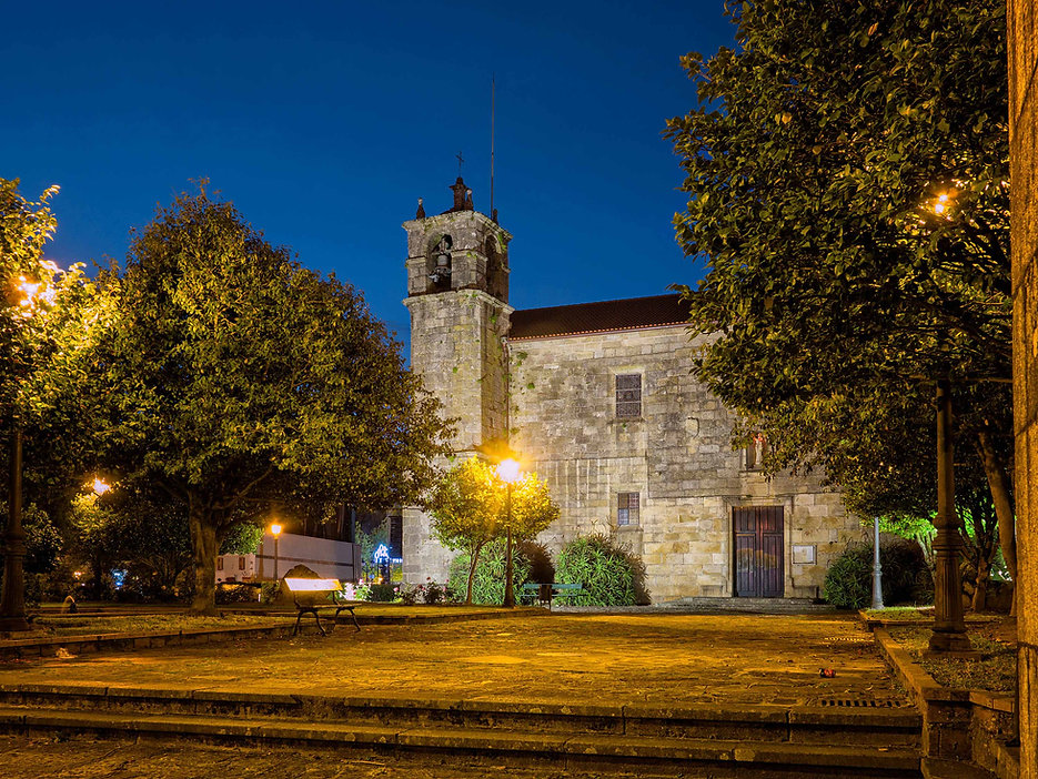 Hora azul y la Iglesia del Convento de San Francisco en Noia (A Coruña)