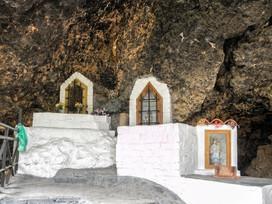 Cerca de la piscina, está este paraje con sus barbacoas y la cueva con sus altares...