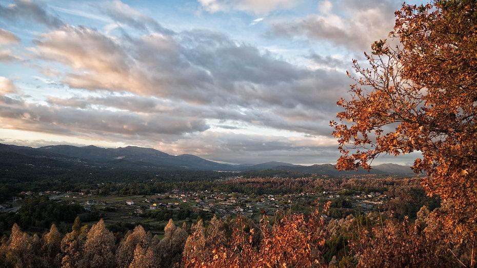 Precosas vistas desde Capilla de la Asunción al atardecer sobre el valle del Tea. Capilla situada en Pesqueiras en Salvaterra de Miño (Pontevedra) Galicia. Photoperiplo anduvo por allí haciendo unas fotos.