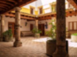 Patio del Ayuntamiento de Valera de Abajo en Cuenca (Serranía media, Castilla la Mancha) edificado donde estaba el antiguo convento de las Carmelitas. Foto de Photoperiplo