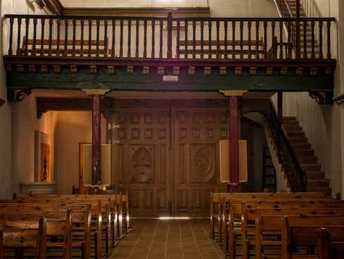 Iglesia del Convento de las Carmelitas de Valera de Abajo... al fondo se aprecian los símbolos de las compañias de Moros y Cristianos que celebran las correspodientes fiestas en honor de su patrón el Santo Niño