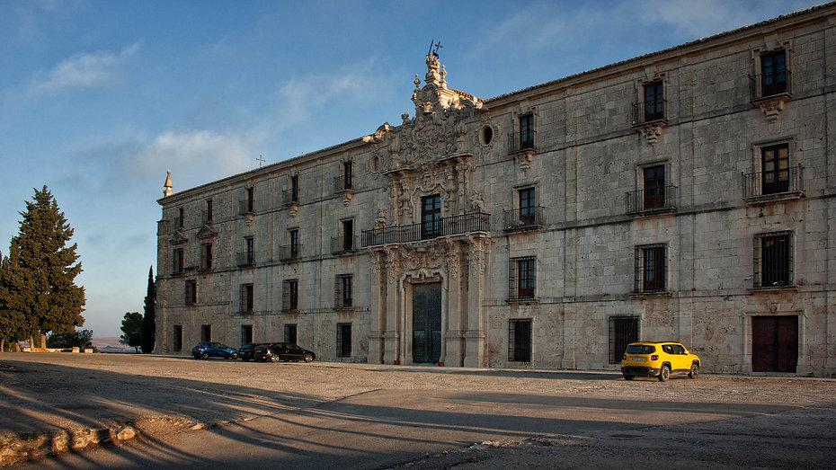 Con los primeros rayos de sol se destacan los detalles de la fachada principal de estilo churrigueresco atribuida a Pedro de Ribera del Monasterio de Uclés en Cuenca. Photoperiplo estuvo allí, si te gusta viajar para fotografiar este es tu web, nos acompañas?