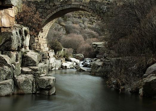Increíble Puente del Pozo de Las Paredes sobre las aguas del río Barbedillo en Navacepeda de Tormes
