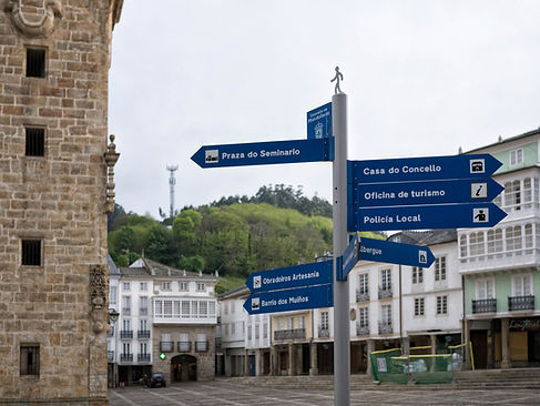 Desde la Plaza de la Catedral de Mondoñedo, parten las distintas rutas que nos llevarán a callejear por esta histórica y acogedora ciudad.