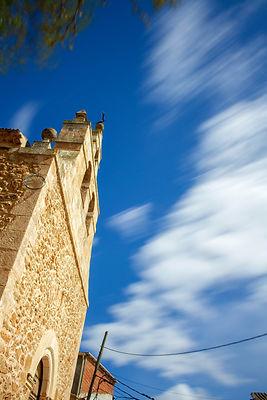 De la Iglesia de Olmedilla de Alarcón (Cuenca, Castilla la Mancha) destaca su espadaña. Foto de Photoperiplo.