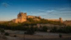 Llegando a Uclés, hay una explanada desde la que se aprecia la grandeza de estos edificios, sus torres, sus murallas. Los atardeceres iluminan con su preciosa y cálida luz esas piedras que rezuman historia. Allí estuvo Photoperiplo en uno de sus viajes, fotografiando.