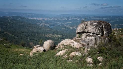 En la Sierra de Corveira el granito esta a flor de piel con curiosas formaciones. Desde allí se ve llegar el Miño a Ourense. Fotografías de www.photoperiplo.com