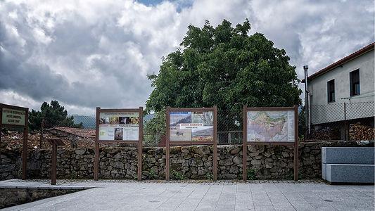De Fondo de Vila parte el sendero de Castiñeiros y Carriozas que nos decubrirá los sequeiros, las construcciones típicas de esta parte de la Ribeira Sacra en Parada de Sil. Photoperiplo la hizo entre sotos de castaños y robles fotografiando.