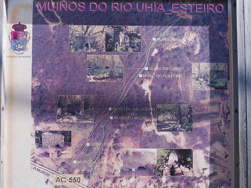 Desde la AC-550 a la altura de la playa de Parameán en Esteiro, Muros (A Coruña) encontaremos estas indicaciones en el inicio de esta cortita pero intensa ruta de los Muiños do Río Uhía