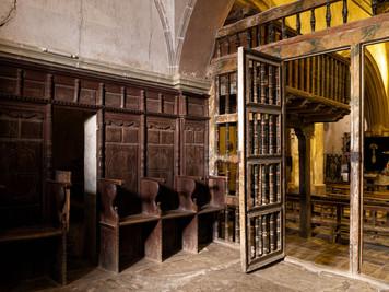Destaca en la iglesia de San Pedro Apóstol su labrada carpintería...