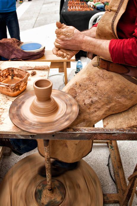 Pepe Oleiro mostrando sus habilidades como alfafrero y ceramista...