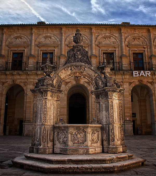 En el centro del patio del Monasterio de Uclés (Cuenca) se encuentra el aljibe con un imponente brocal de claro estilo barroco. Bien merece unas cuantas fotografías, fue lo que hizo Photoperiplo