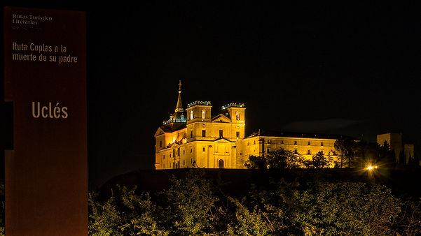 Llegando a Uclés, hay una explanada desde la que se aprecia la grandeza de estos edificios, sus torres, sus murallas. Los fines de semana y festivos está iluminado por la noche. Allí estuvo Photoperiplo en uno de sus viajes, fotografiando.