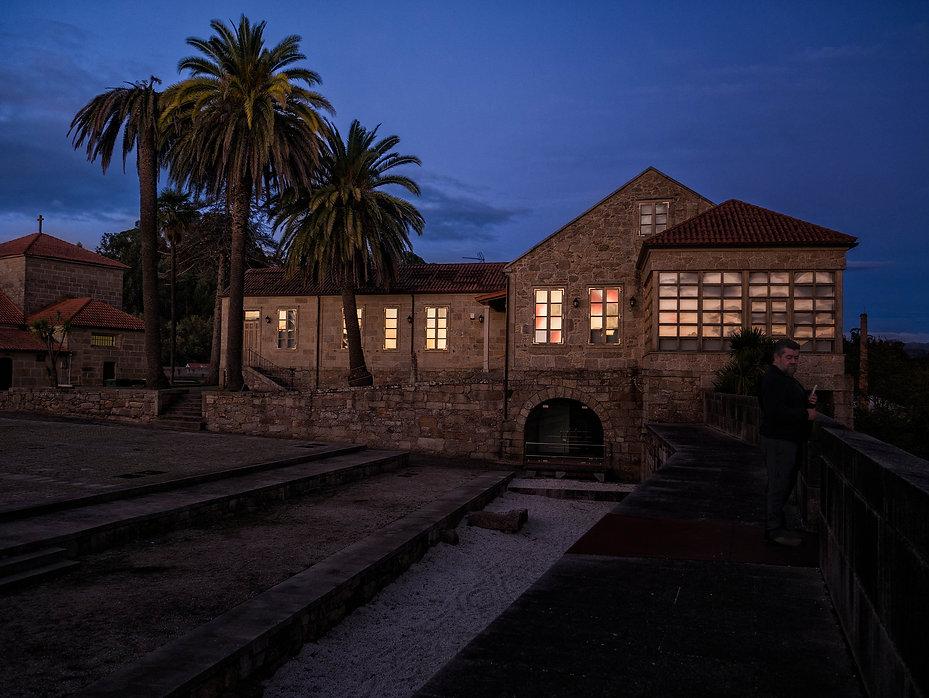 Casa del Conde al atardecer en el Castillo de Salvaterra de Miño en Pontevedra (Galicia) España, es un jardín que se asoma al río Miño. Photoperiplo, que nos encanta viajar para fotografiar estuvo allí en otoño.