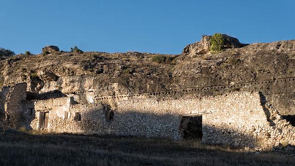 En los aledaños del Castillo de Saelices, de Castillejo, en Cuenca (Castilla La Mancha, España) encontramos estas casas adosadas a la roca. Cosas y casas que te descubre Photoperiplo.