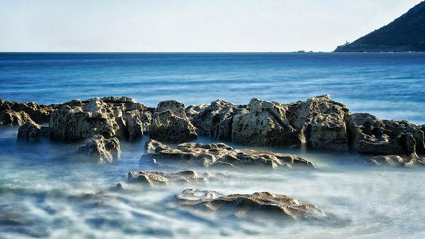 Desde la playa del Camping A Vouga la vista relaja, a la derecha Monte Louro y su faro, en Muros (A Coruña)