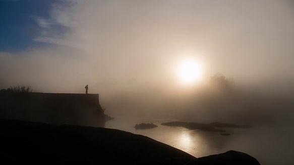 """En otoño las nieblas son frecuentes en el Miño. Aquí una de las """"pesqueiras"""" que desde tiempos romanos se emplean para la captura de las codiciadas lampreas. Imágen de Ana Mary de Photoperiplo."""