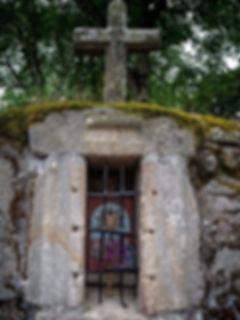 ... de los petos de ánimas, el de Teimende en Parada de Sil. Construidosconpiedra, desde el siglo XVII,apartirdelaContrarreforma, estas manifestaciones populares del culto a los muertos, a las ánimas, se asocian a la idea del Purgatorio. Se suelen encontrar en los cruces de caminos o en los atrios de las iglesias.