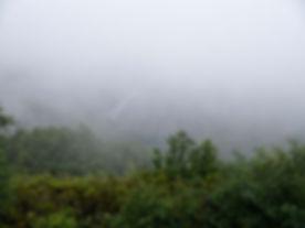 Ven a Parada de Sil, asómate... volverás. Este concello situado en la provincia de Orense (Galicia, España) se asoma a la Ribeira Sacra en un entorno privilegiado a orillas del encañonado río Sil. Imagen de Photoperiplo porque nos encanta viajar y fotografiar desde el mirador de Cabezoás entre la niebla.