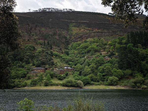 Desde el área recreativa de Virgen da Veiga en Negueira de Muñiz (Lugo) se ve al otro lado del río Navia la parroquia de Foxo.