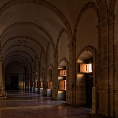 Uno de los pasillos del claustro superior del Monasterio de Uclés (Cuenca). Photoperiplo estuvo allí aprovechando esas luces tan fotogénicas. Es lo nuestro viajar para fotografiar ...