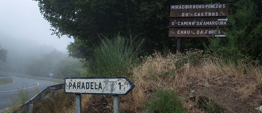 Acceso a Paradela y al Mirador de Os Penedos do Castro en Nogueira de Ramuín (Ourense, Galicia)