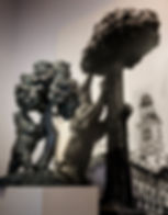 La réplica del Oso y el Madroño ante una imagen del original en la Puerta del Sol