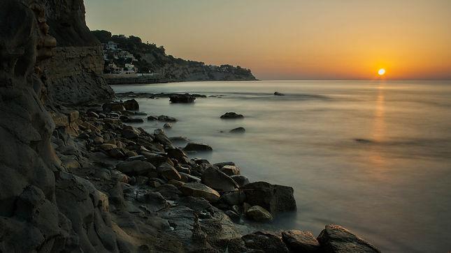 Photoperiplo estuvo en la cala Advocat al amanecer en Benissa, en la Marina Alta (Alicante) España. Nos encanta viajar para fotografiar.