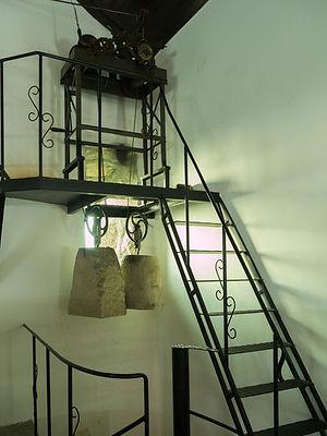 Mecanismo y contrapesas del reloj de péndulo de la iglesia parroquial de Fornelos en Salvaterra de Miño (Pontevedra) Galicia. Un encanto de iglesia que Photoperiplo fotografió.