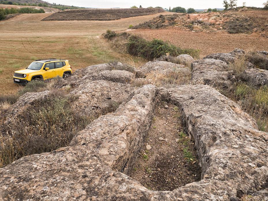 """Sepulturas visigodas excavadas en la roca del siglo VI en el paraje de la """"Caja del Moro"""" en Naharros (Cuenca) Photoperiplo estuvo allí fotografiando la historia de estas tierras alcarreñas."""