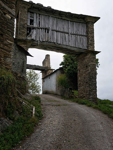 Hórreo típico de Mondoñedo en Lugo (Galicia) caracterizados por su altura.