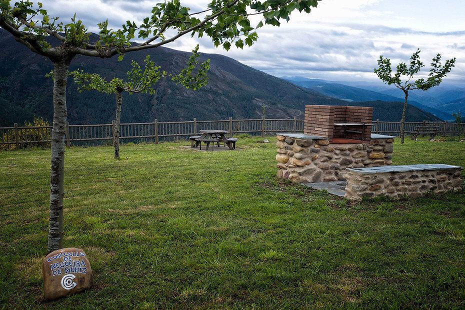 Desde el area recreativa de Negueira de Muñiz en Lugo (Galicia) el paisaje es increible con el río Navia al fondo que forma el Embalse de Grandas de Salime. Si quieres viajar para fotografiar Photoperiplo te aconseja que vengas por aquí