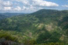 Desde la Necrópolis de San Vitor en San Lorenzo de Barxacova (Parada de Sil, Ourense, Galicia, España) las vistas son espectaculares, enfrente la aldea de Cristosende del concello de A Teixeira y a nuestros pies el Cañón del río Mao. Increíbles paisajes de la Ribeira Sacra en esta zona del Sil. Photoperiplo te aconseja con fotos qué ver, qué hacer, qué fotografiar...