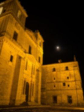 Fachada herreriana del Monasterio de Uclés (Cuenca). Photoperiplo aprovechó la interesante iluminación nocturna jugando con sus sombras.