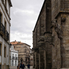 Lateral de la Iglesia de San Martiño, al fondo la Casa da Xouba