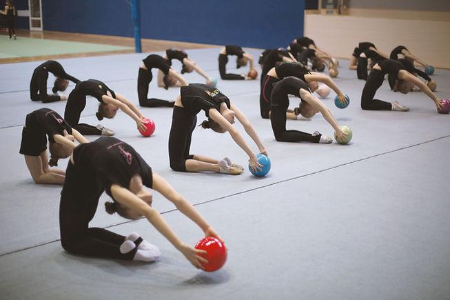 Gymnastes avec des boules