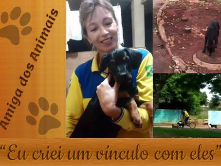 Entregadora dos Correios faz amizade com cachorros de rua no Paraná