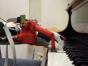 Watch pianists fitted with a robotic thumb adjust to playing with 11 digits in one hour