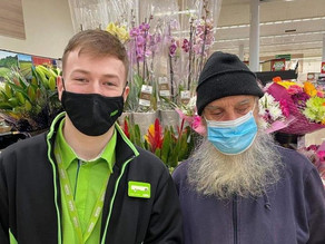 Kindhearted grocery store worker helps elderly blind customer shop and get home safely