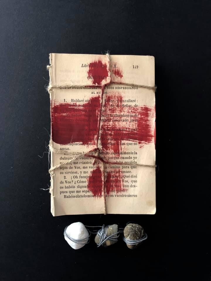 Se refugió en lo escrito y en la firmeza de la piedra que le anclaba. Alguna vez se sorprendió buscando respuestas en los reflejos de color.