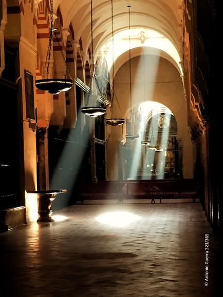 Mezquita reflejos de luz reto.jpg