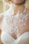 Enkel brudekjole med overdrevne smykker