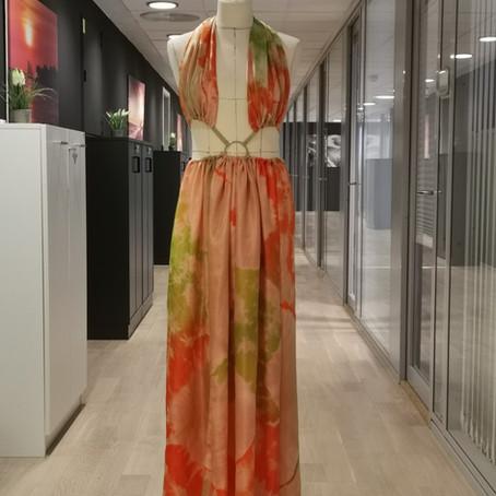 En skreddersydd sommerkjole i silke