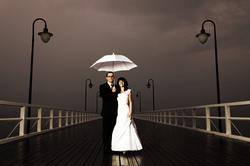Mariée et marié avec le parapluie