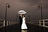Mariée et le marié avec le parapluie